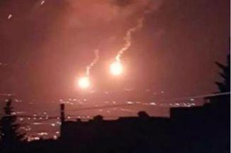 جيش  الاحتلال الإسرائيلي يطلق قنابل مضيئة عند الحدود مع لبنان وأنباء عن عملية تسلل