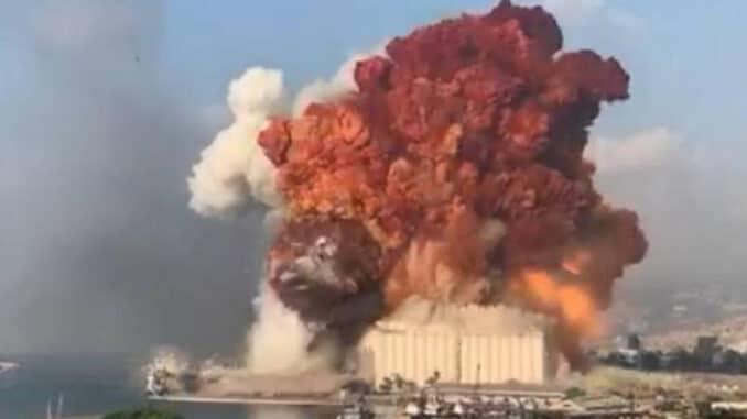 تعرف على سر اللون الوردي لدخان انفجار بيروت؟