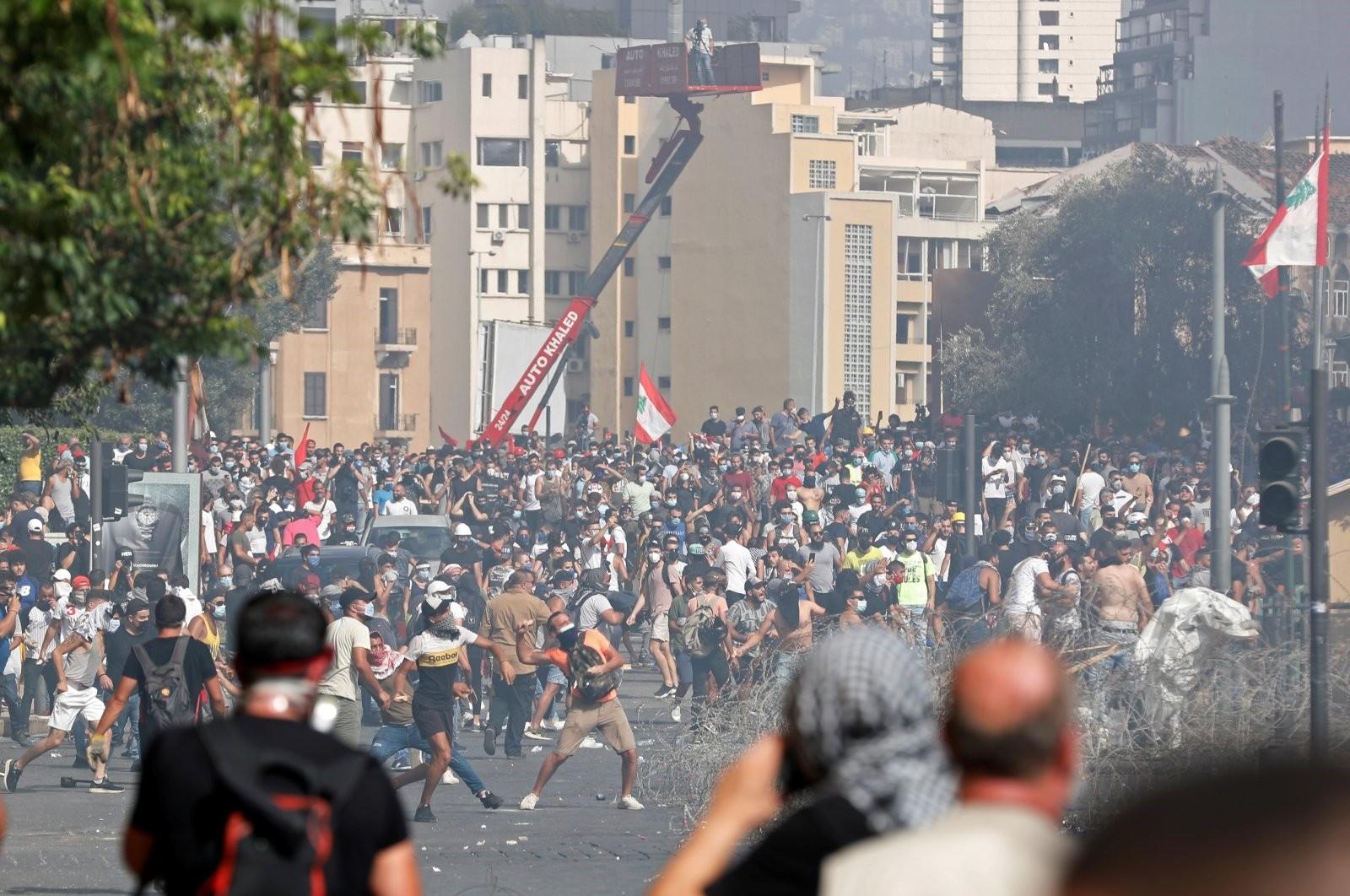المتظاهرون في لبنان يقتحمون وزارات ومؤسسات الدولة