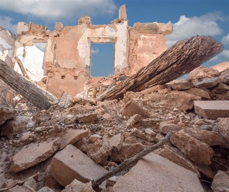 بالفيديو.. عناصر من النظام يهدمون أسقف المنازل في سراقب للحصول على الحديد المسلح.