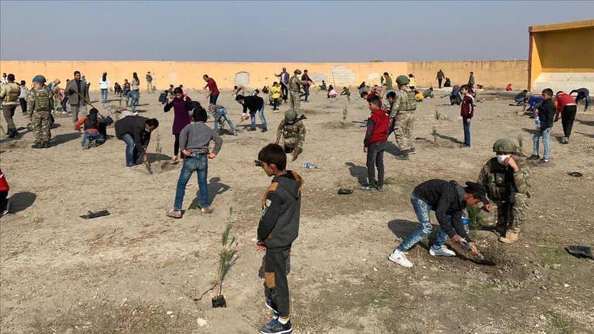 تركيا تقدم 740 شتلة لزراعتها في مدرسة في تل أبيض