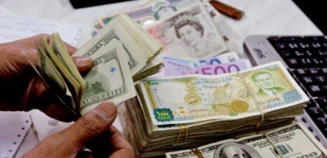 تواصل انهيار الليرة أمام العملات الأجنبية  والذهب يحلق عالياً في تداولات اليوم الاثنين
