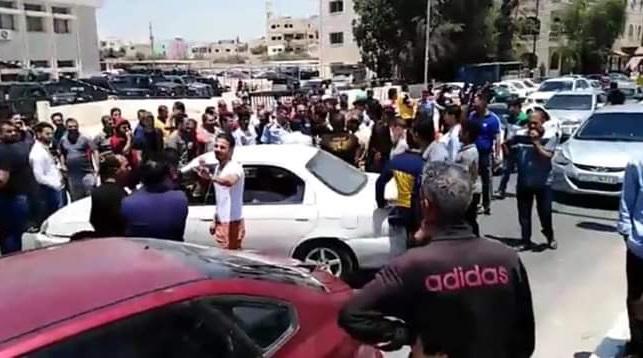 العشرات من أصحاب مركبات النقل الأردنية يعتصمون على الحدود مع سوريا