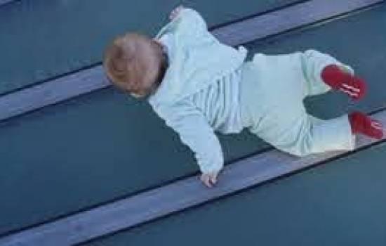 طفل يسقط من الطابق الـ13 وينجو من الموت