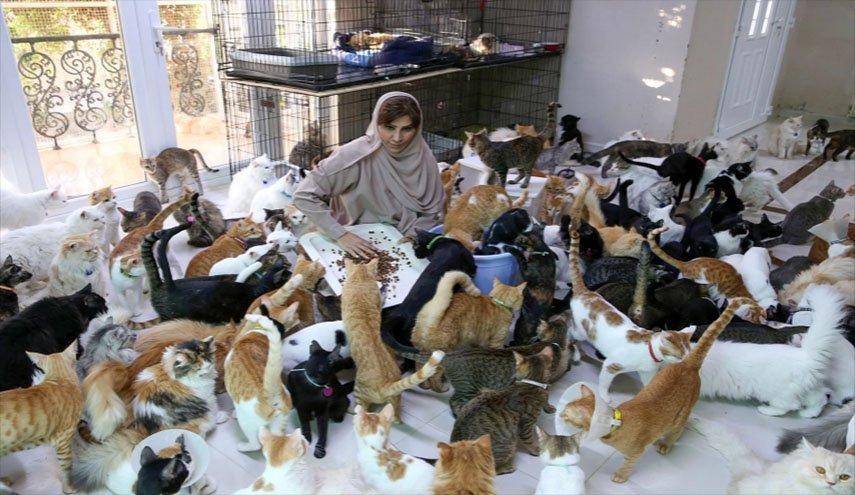 سيدة عمانية تعيش مع نحو 500 حيوان أليف ! ..وهذه قصتها