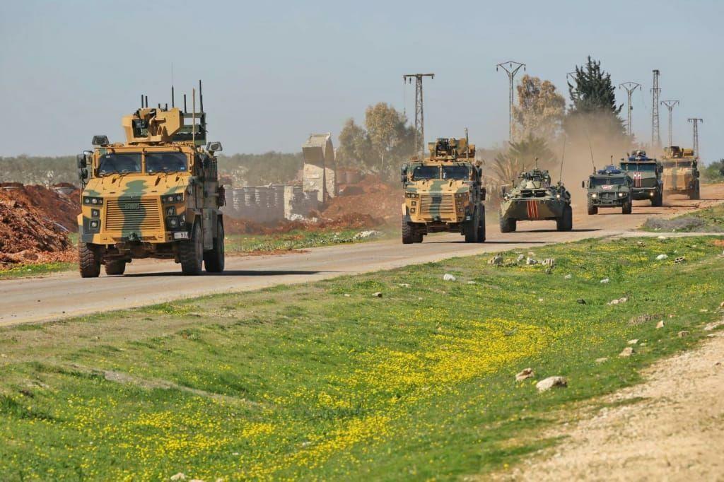 القوات التركية تسير دورية عسكرية منفردة على طريق M4