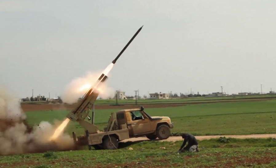 هجوم بصواريخ الغراد يستهدف معسكر للميليشيا الإيرانية بريف الرقة