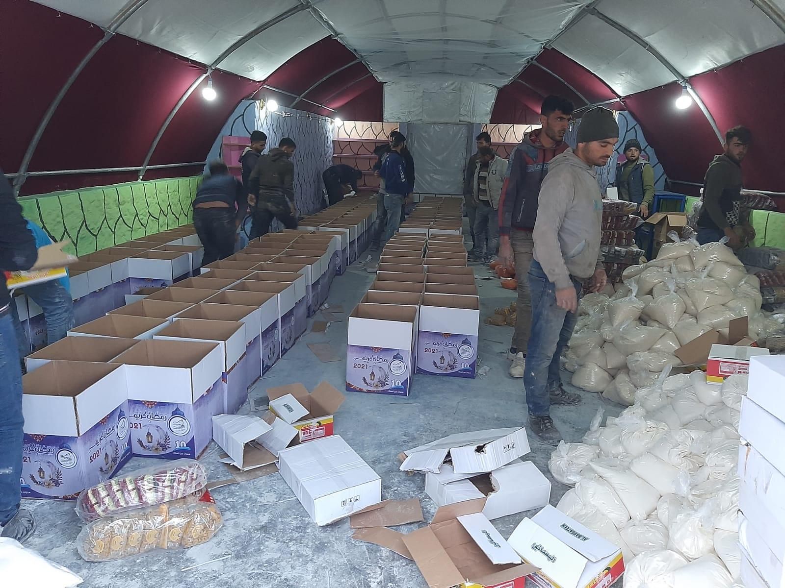 جمعية خيرية سورية  توزع مساعدات على آلاف السوريين في تركيا وإدلب