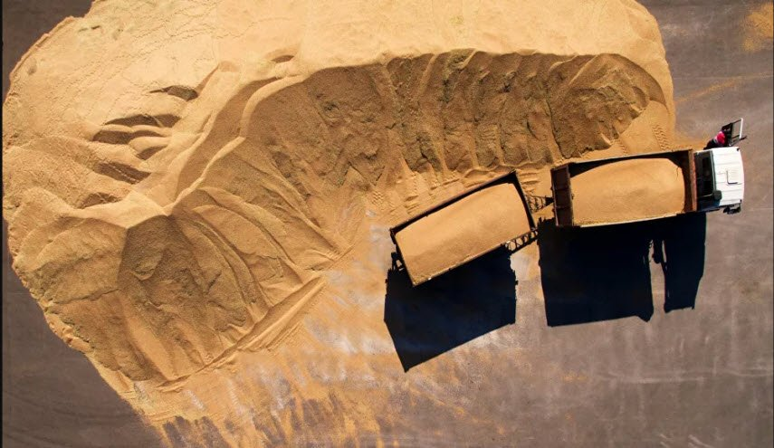 القوات الأمريكية  تخرج 20 شاحنة محملة بالقمح إلى العراق