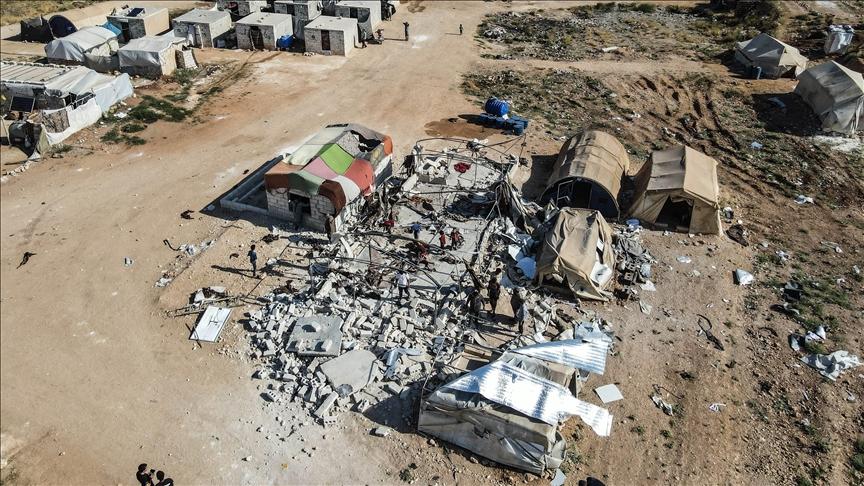 قوات النظام تقصف مخيما للنازحين في إدلب