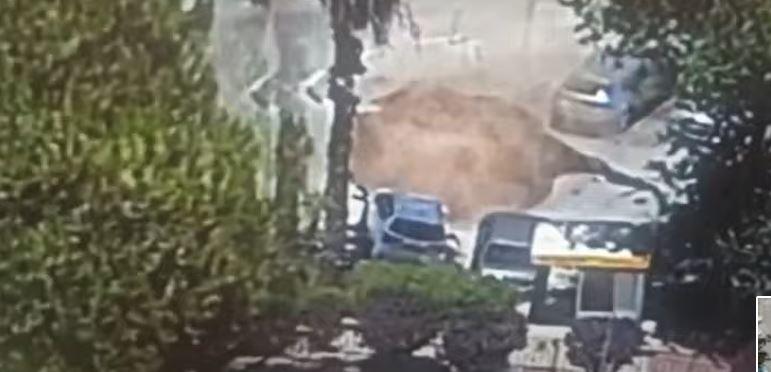 الأرض  تبتلع السيارات أمام مستشفى في القدس المحتلة