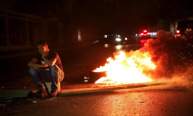 لبنان.. محتجون يقطعون طرقا رئيسية تنديدا بالانهيار الاقتصادي