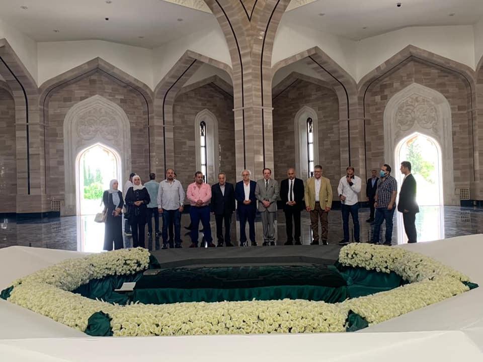 أعضاء الغرفة التجارية السورية الإيرانية المشتركة يزورون قبر حافظ الأسد