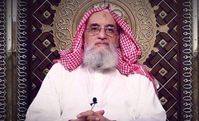 أثار جدلا.. زعيم تنظيم القاعدة أيمن الظواهري يتخلى عن زيه التقليدي ويرتدى الزي السعودي