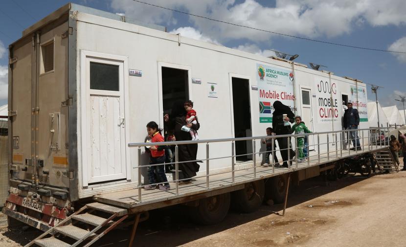 الحكومة المؤقتة تطلق عيادة متنقلة في مخيمات الشمال