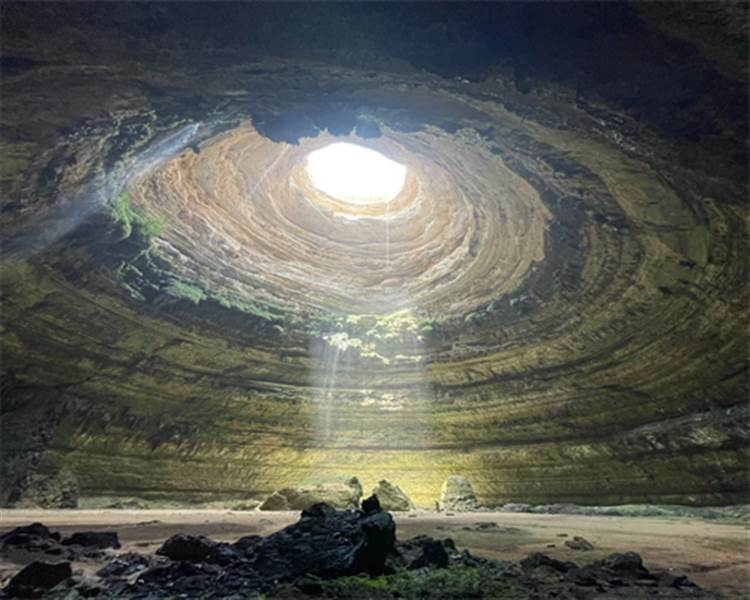 فريق عماني  يكشف لغز  بئر برهوت المعروف بمسكن الجن ويخترق أعماقه