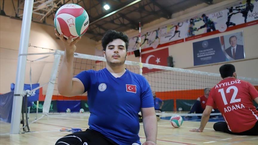 فقد رجله بقصف الأسد .. سوري يمثل المنتخب التركي للكرة الطائرة
