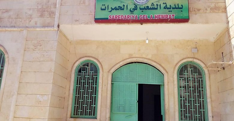 Unidentified persons attack Al-Hamrat municipality building in Al-Raqqa and kill one of the employees